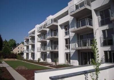 22 Wohnungen verteilen sich auf drei Vollgeschosse und ein Staffelgeschoss.