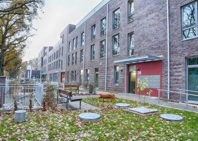 47 Wohneinheiten, eine Cafeteria und eine Tiefgarage machen das Gebäude aus.