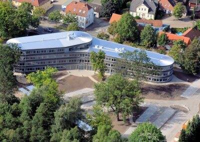 Das Gebäude reflektiert die regionalen Besonderheiten.