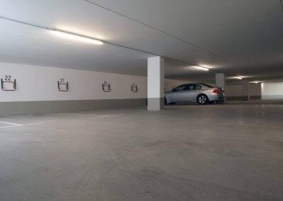 Mit 23 Stellplätzen hält die Tiefgarage  für jede Wohnung einen Platz bereit.