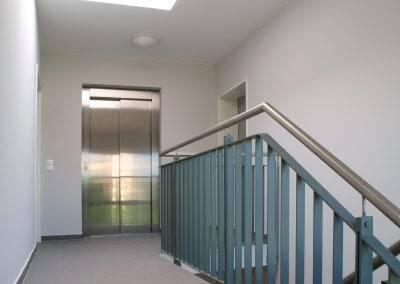 Die Aufzugsanlagen sichern den barrierefreien Zugang zu den Wohnungen.